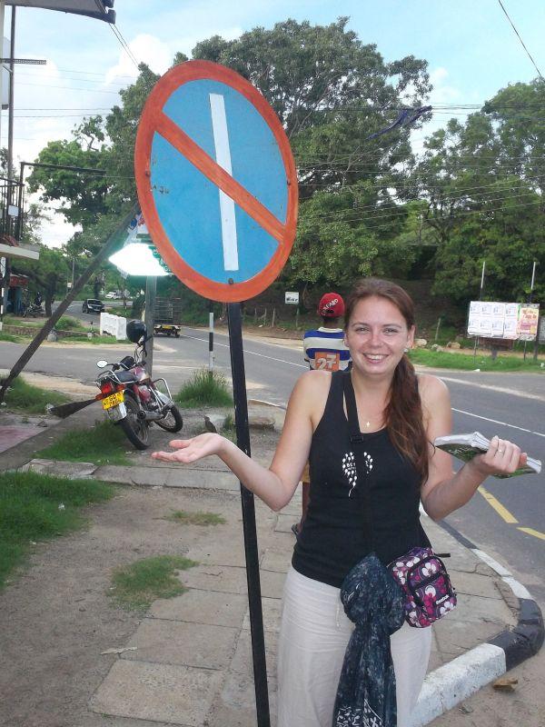 """Dopravní značka """"Zákaz čárky"""" ve městě Polonaruwa, Srí Lanka"""