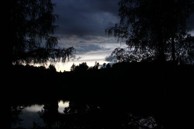 Temná obloha nad přehradou