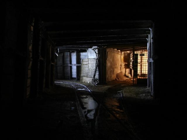 Dvojitě nasvícená křižovatka chodeb v chuchelském dole