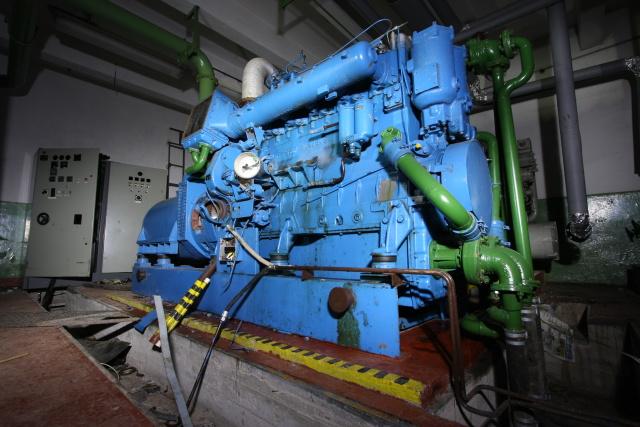 Mohutný dieselagregátor uvnitř zodolněného objektu v SU Studánka