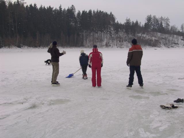 Bruslení na zamrzlé Vratíkovské přehradě